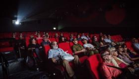 בהלכה חשובה גם המגמה. צופים באולם קולנוע צילום: פלאש 90. הדס פרוש