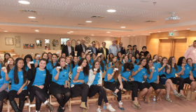מתנדבות שלווה מציגות את סיכות השירות הלאומי צילום: שלומי אמסלם